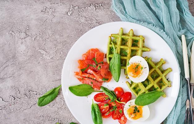 Gaufres Salées Aux épinards Et œuf, Tomate, Saumon En Plaque Blanche. Nourriture Savoureuse. Vue De Dessus. Mise à Plat Photo gratuit