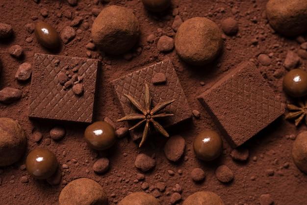 Gaufres et truffes au chocolat sur poudre de cacao Photo gratuit