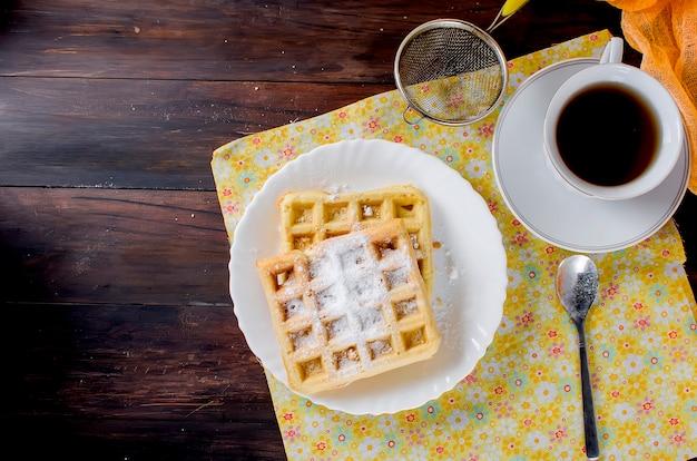 Gaufrettes viennoises avec du sucre en poudre Photo Premium