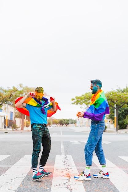 Gays jouant avec les couleurs au festival de holi Photo gratuit