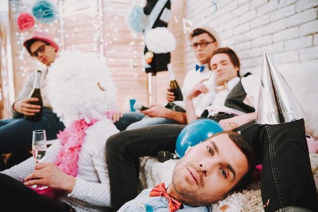 Les gays sont fatigués de marcher dans une soirée gay. Photo Premium