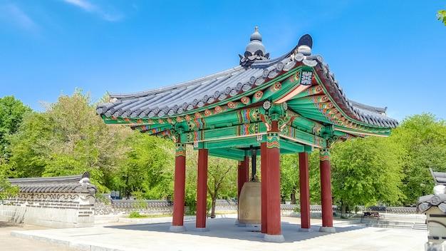 Gazebo en bois coloré peint dans un style floral coréen traditionnel Photo Premium