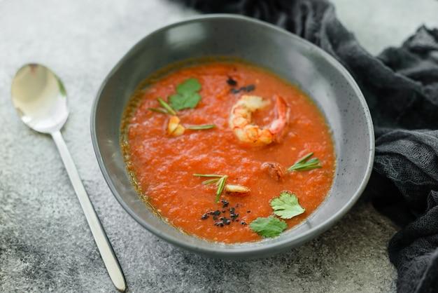 Gazpacho aux crevettes. gros plan d'un gaspacho de soupe de légumes froid espagnol Photo Premium