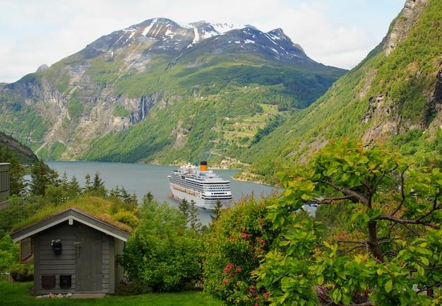 Geiranger fjord, ferry, mountains, beautiful nature panorama de la norvège Photo Premium