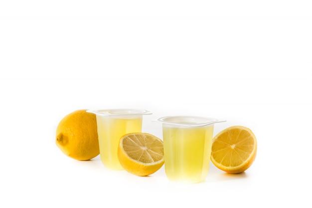 Gelées De Citron Sur Une Tasse En Plastique Isolé Sur Une Surface Blanche Photo Premium