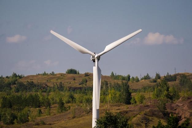 Générateur d'énergie éolienne contre le ciel bleu. fermer Photo Premium