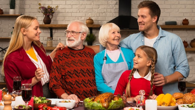 Les générations de famille se regardant Photo gratuit