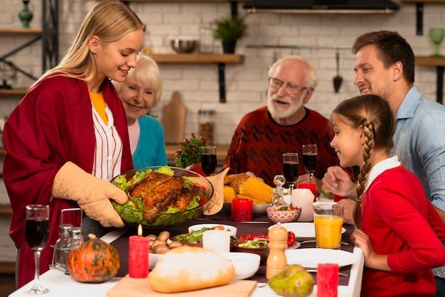 Des générations de familles prêtes à manger sur une table de thanksgiving Photo gratuit