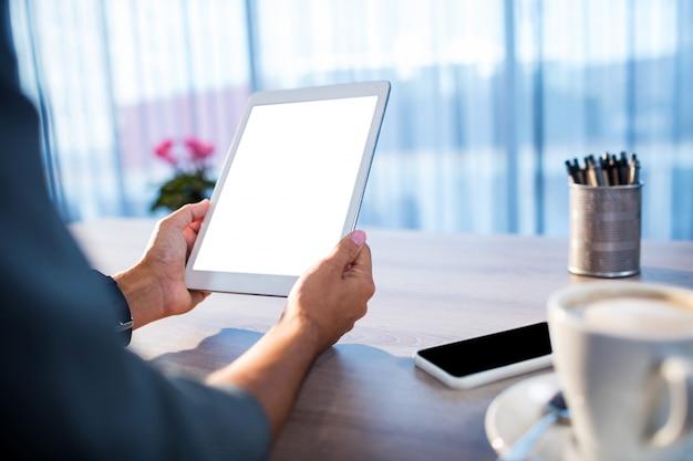 Gens D'affaires à L'aide D'une Tablette Pc Photo Premium