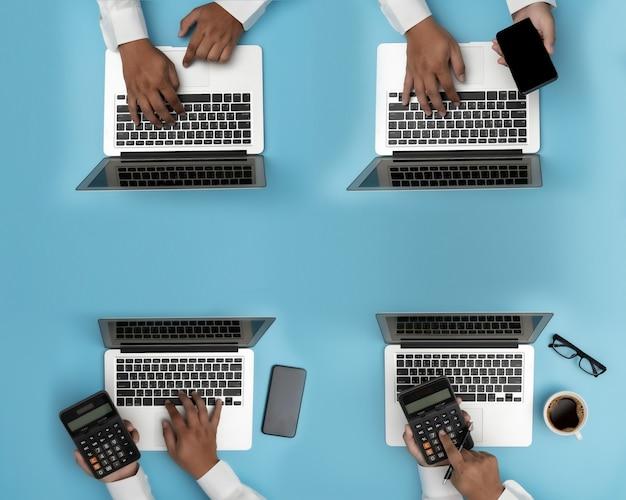 Gens D'affaires Analyse Gestion De Projet Mise à Jour Du Travail Acharné Analyse Des Données Statistiques Information Technologie De L'entreprise Photo Premium