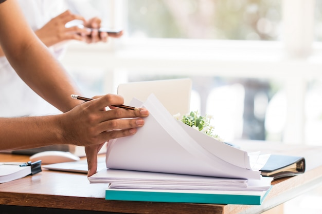 Gens d'affaires asiatiques travaillent et étudient avec cahier Photo Premium