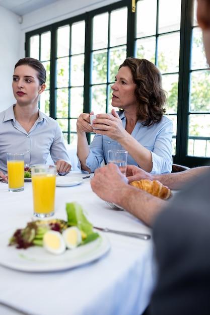 Gens d'affaires ayant une réunion au restaurant Photo Premium