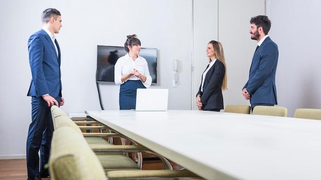 Gens d'affaires confiants debout à la réunion du conseil Photo gratuit