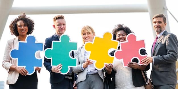 Gens d'affaires connectés par des pièces de puzzle Photo gratuit