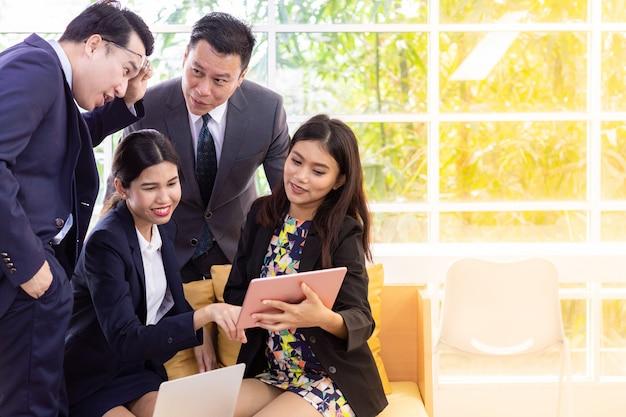 Gens d'affaires discutant à la fenêtre du café Photo Premium