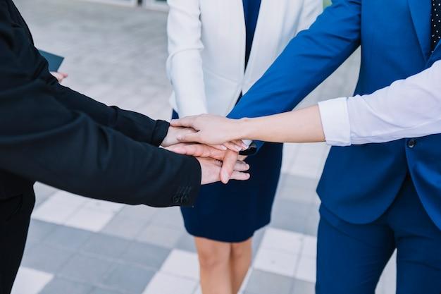 Gens d'affaires empilage des mains Photo gratuit