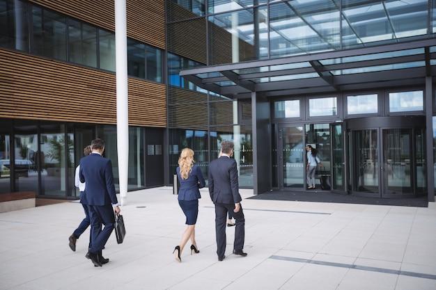 Gens D'affaires Entrant Dans Un Immeuble De Bureaux Photo gratuit