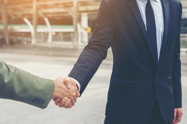 Des gens d'affaires heureux se serrent la main. la réussite des entreprises. Photo gratuit