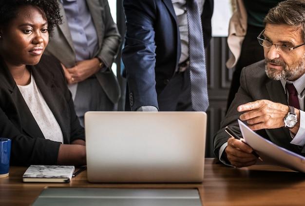 Gens d'affaires lors d'une réunion d'appel vidéo Photo gratuit