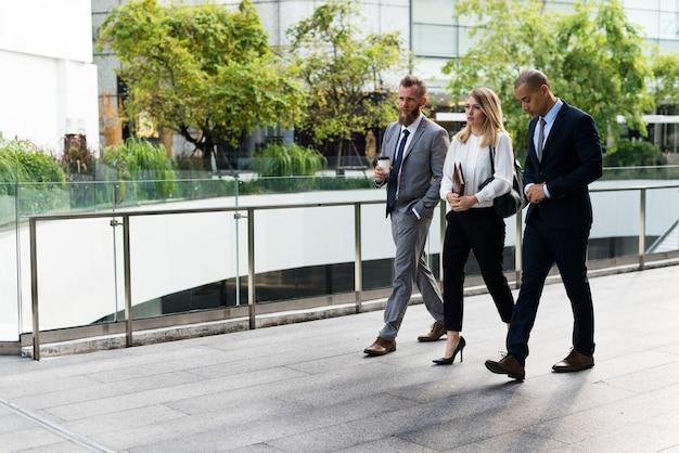Gens d'affaires marchant ensemble devant le bureau Photo gratuit