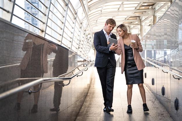 Gens D'affaires Marchant Et Parlant Dans La Rue, Heureux Travail D'équipe Appréciant Photo Premium