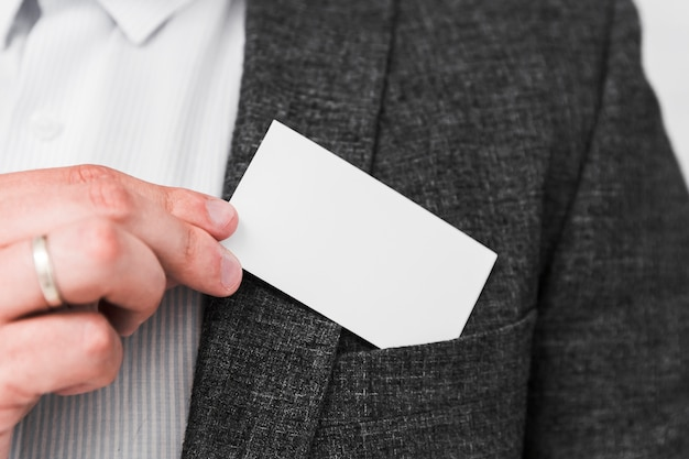 Gens d'affaires montrant une carte de visite vierge Photo gratuit