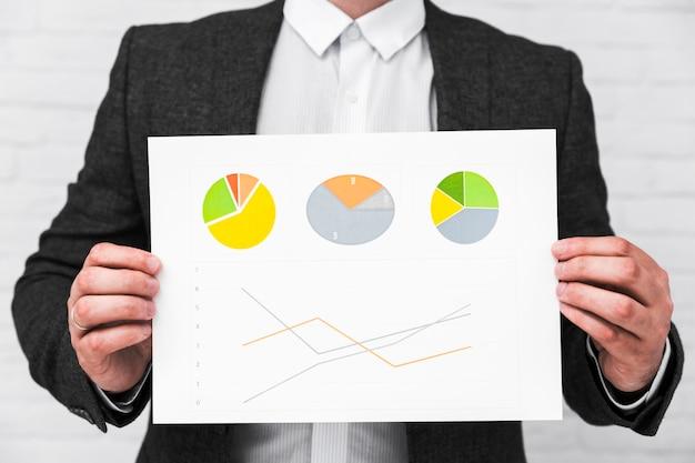 Gens d'affaires montrant des graphiques et des statistiques Photo gratuit