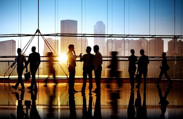 Gens d'affaires occupés à pied Photo Premium