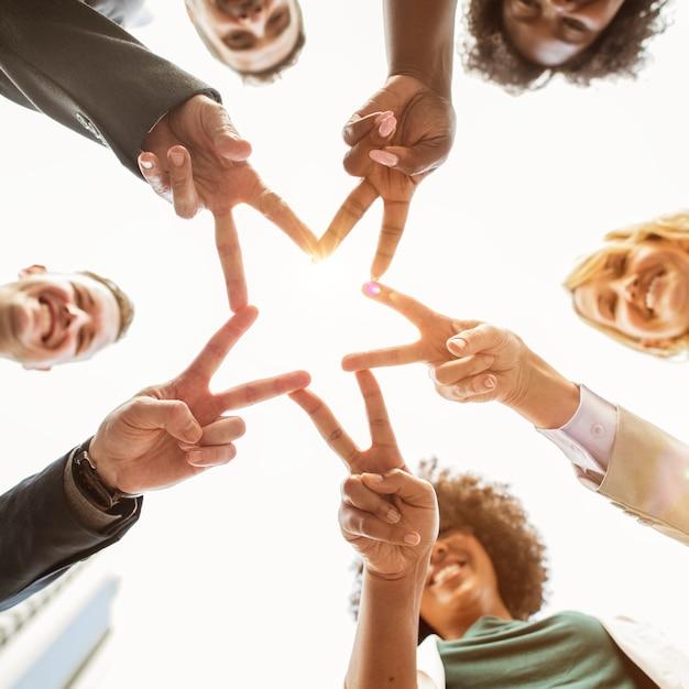 Les gens d'affaires prospères font une étoile Photo gratuit