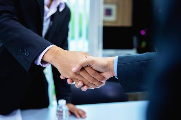 Gens d'affaires prospères serrant la main après la conclusion d'un accord Photo Premium
