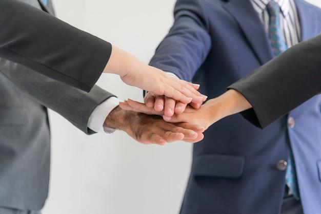 Les gens d'affaires qui travaillent en réunion joignent leurs efforts pour créer un succès en synergie de pouvoir. Photo Premium