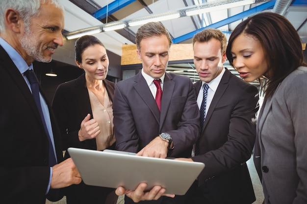 Gens d'affaires à la recherche à un ordinateur portable Photo Premium