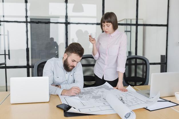 Gens D'affaires, Regarder, Plans, Dans, Bureau Photo gratuit