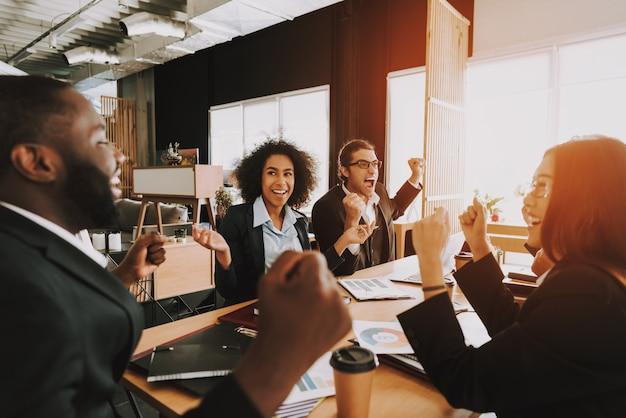Gens d'affaires sur la réunion dans le bureau pendant la journée. Photo Premium