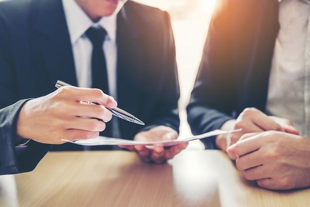 Gens d'affaires réunion de négociation d'un contrat entre Photo Premium
