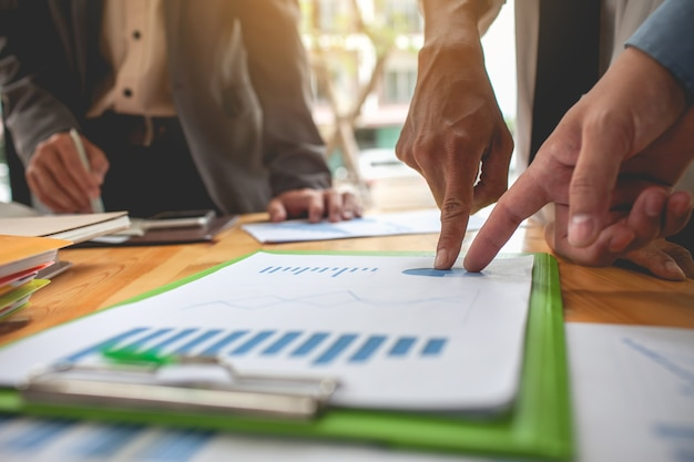 Les Gens D'affaires Réunis à Travailler Avec Des Rapports Financiers. Photo Premium