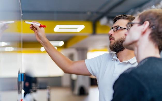 Les gens d'affaires se réunissent au bureau et utilisent les notes post-it pour partager leurs idées. Photo Premium