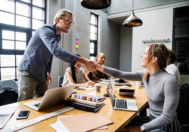 Les gens d'affaires se serrant la main en accord Photo gratuit