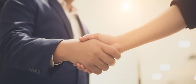 Gens d'affaires se serrant la main, entre réunion dans une salle de séminaire Photo Premium