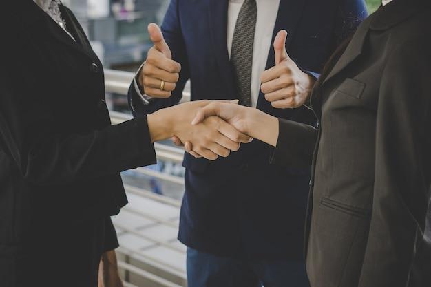 Les Gens D'affaires Se Serrant La Main, Finissant Des Offres De Réunion. Concept D'entreprise. Photo gratuit