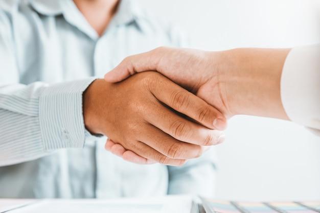 Gens d'affaires se serrant la main lors d'une réunion pour signer un accord sur l'analyse de la stratégie de planification de nouveaux partenaires Photo Premium