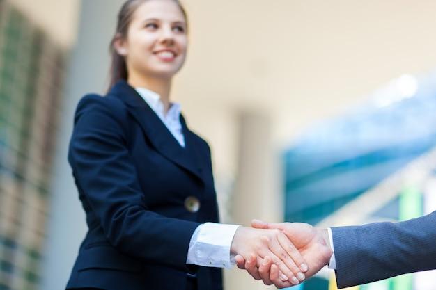 Les gens d'affaires se serrant la main en plein air Photo Premium