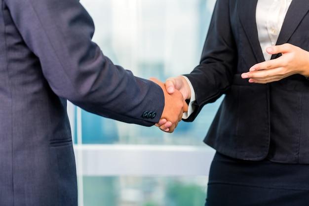 Gens d'affaires se serrant la main Photo Premium