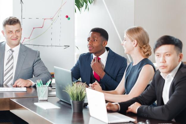 Gens d'affaires travaillant ensemble à la table de conférence Photo Premium
