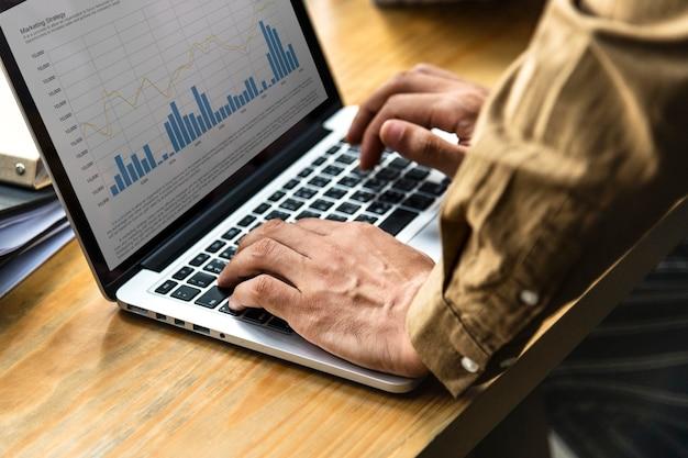Gens d'affaires travaillant sur un ordinateur portable Photo gratuit