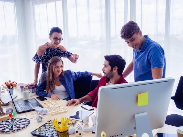 Les Gens D'affaires Travaillent Ensemble Et Se Rencontrent Pour Discuter De La Situation Photo Premium