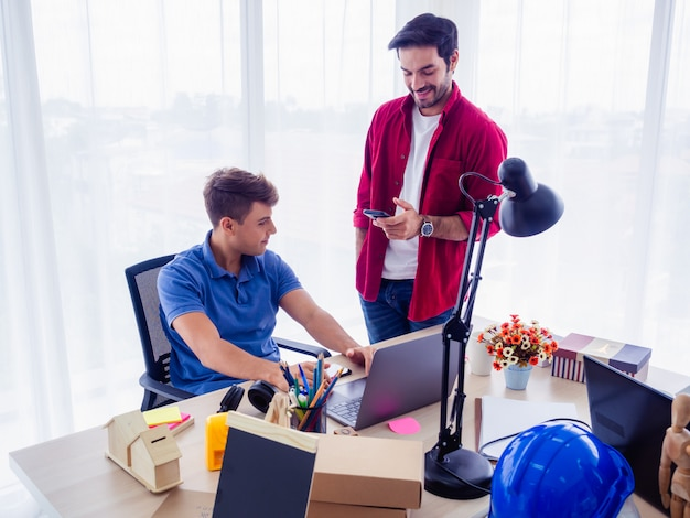 Les Gens D'affaires Travaillent Ensemble Et Se Réunissent Pour Discuter De La Situation Sur Les Entreprises, Concept D'entreprise Photo Premium