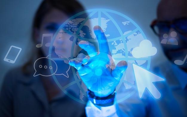 Gens D'affaires Utilisant Internet Photo gratuit