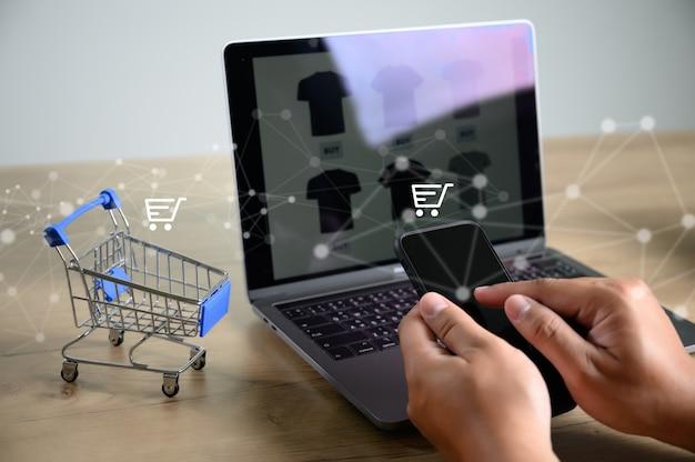 Les gens d'affaires utilisent la technologie e-commerce internet marketing plan d'achat global Photo Premium