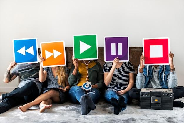 Gens appréciant ensemble la musique Photo Premium